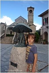 Kot z parasolem. Brovello Carpugnino