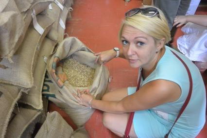 Sylwia i surowe ziarna kawy Moka Stresa